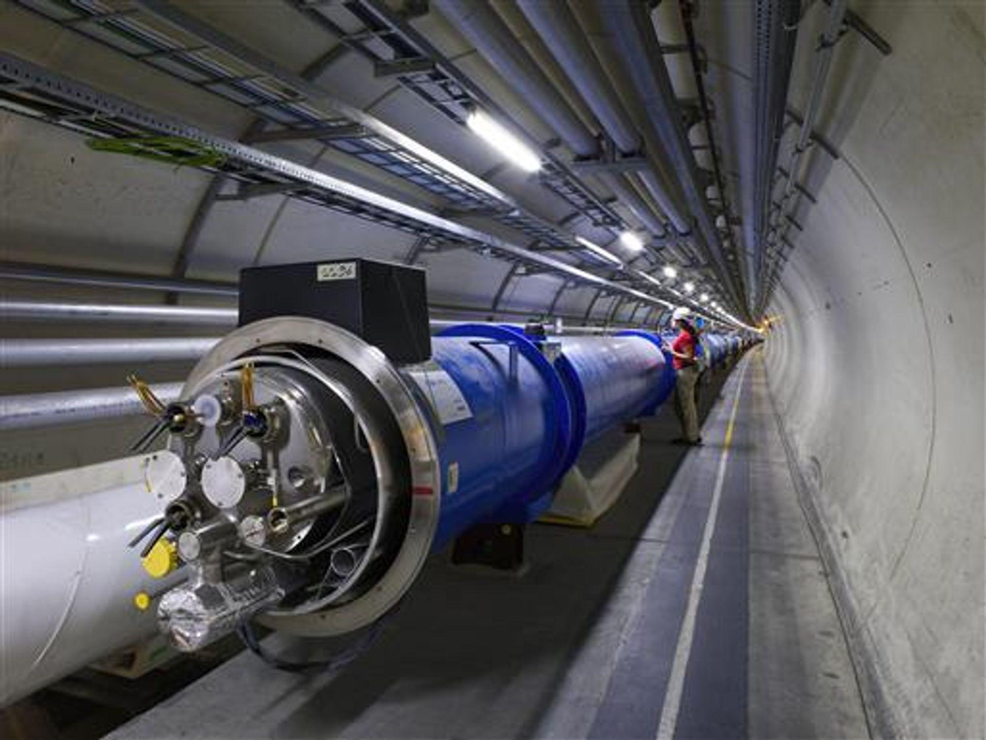 HARDT: Hver av dipolene i LHC-magnetene veier 34 tonn. Det må til når du skal holde 600 000 milliarder partikler på plass.