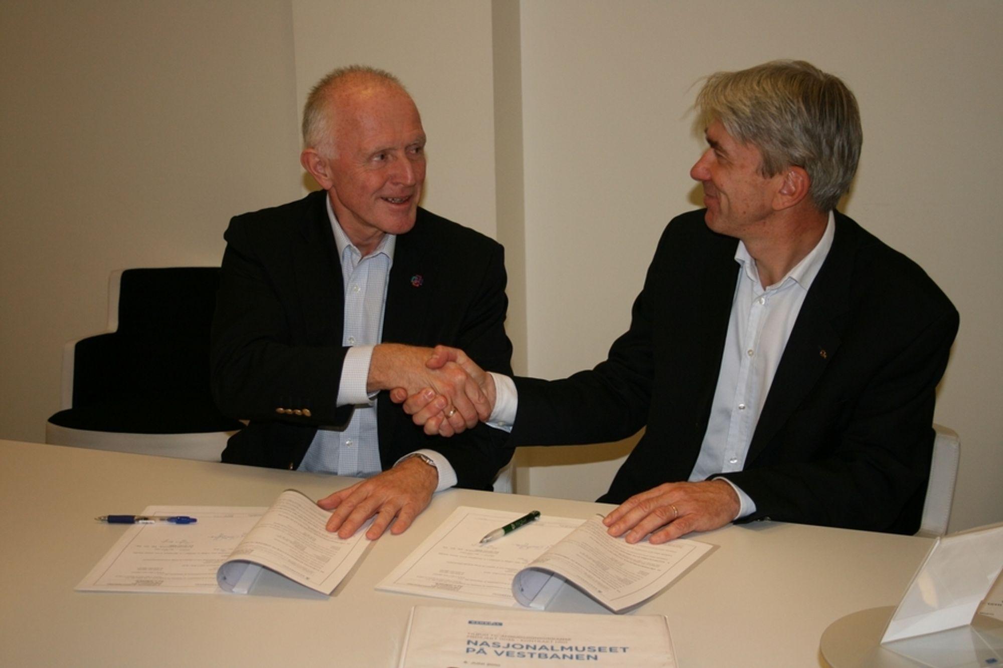 Administrerende direktør i Statsbygg, Øivind Christoffersen (til venstre) og regionsdirektør Morten Engh i Rambøll gratulerer hverandre etter at kontrakten er signert  fredag 15. oktober.