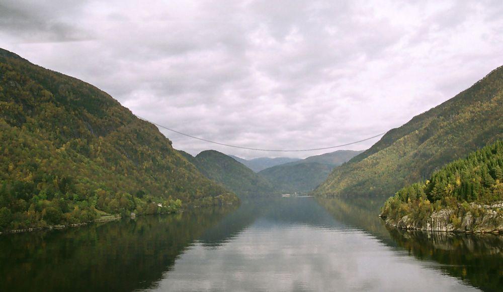 STRIDENS KJERNE: Slik ser Statnett for seg Sima-Samnanger når den krysser Granvinsfjorden. Nå mener Statnett at denne linjen må på plass før Statoil kan hente ut mer strøm fra land til Troll-feltet.
