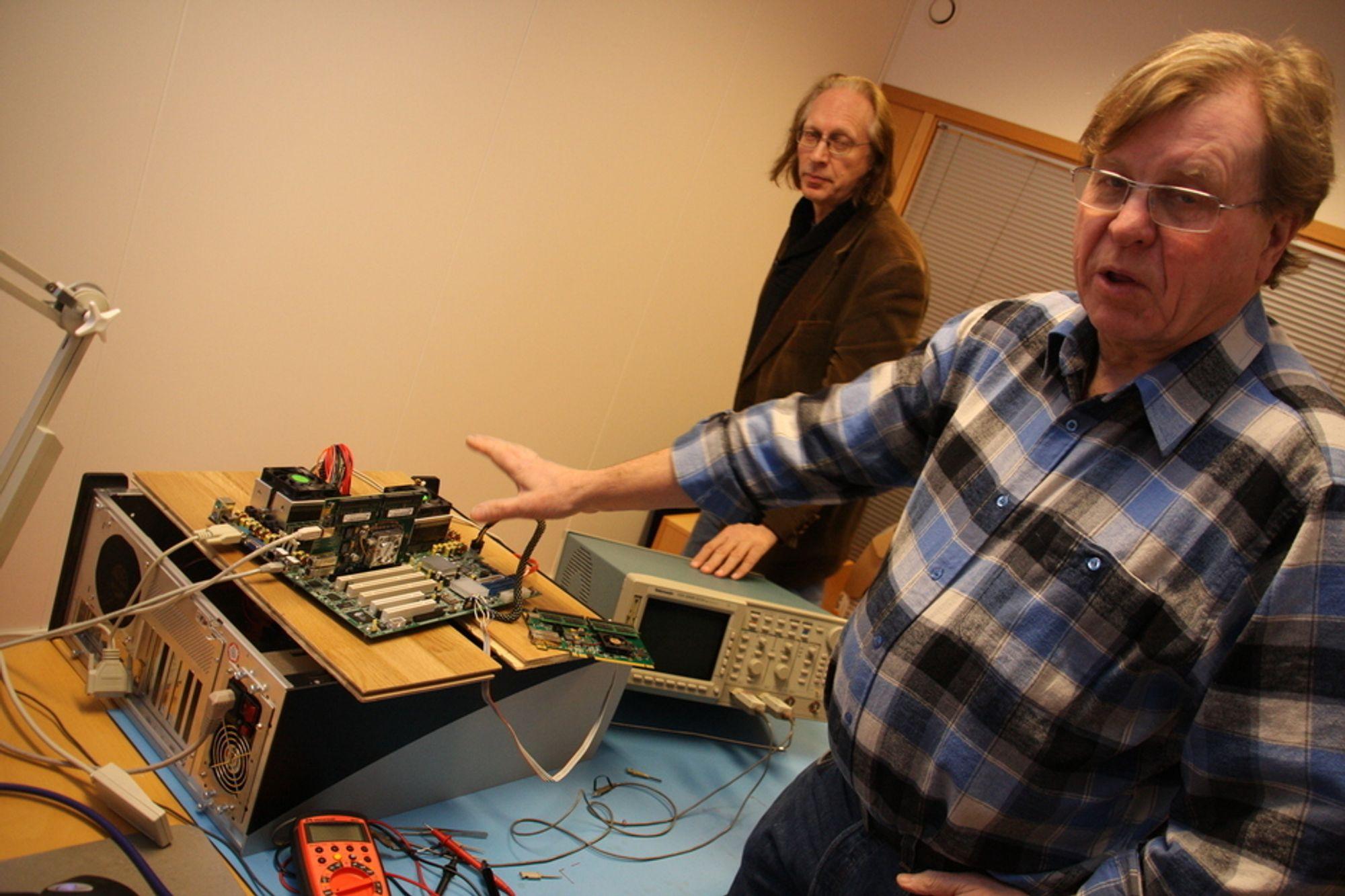 SKALA: Numascale-sjef Kåre Løchsen (foran) og nestkommanderende Einar Rustad får mulighet til å teste ut minneteknologien i stor skala.