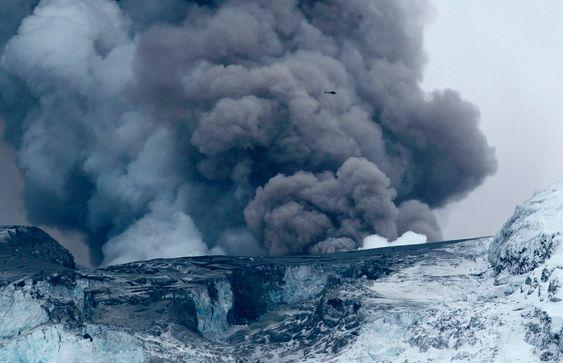 Det er ikke bare aske som spys ut fra vulkanen under Eyafjallajökull, også store mengder klimagasser kastes ut.