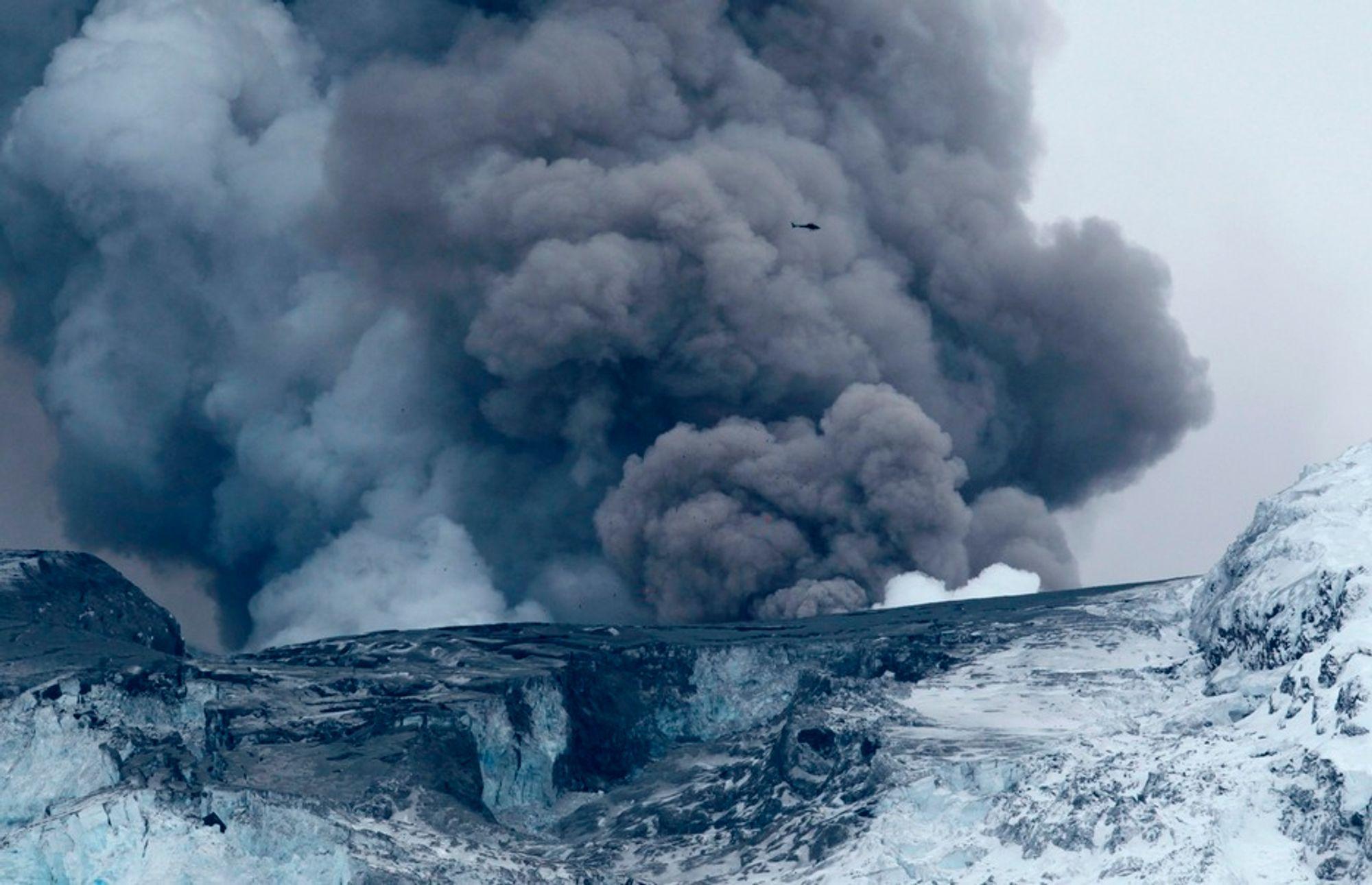 ASKE OG GASS: Det er ikke bare aske som spys ut fra vulkanen under Eyafjallajökull, også store mengder klimagasser kastes ut.