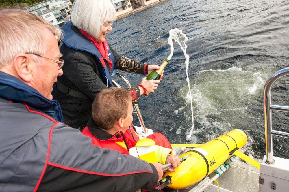 DYRE DRÅPER: Forskingsminister Tora Aasland benyttet anledningen etter den offisielle åpningen av Forskningsdagene 2010 til å sjøsette et lite, hypermoderne overvåkningsfartøy i Byfjorden i Bergen.