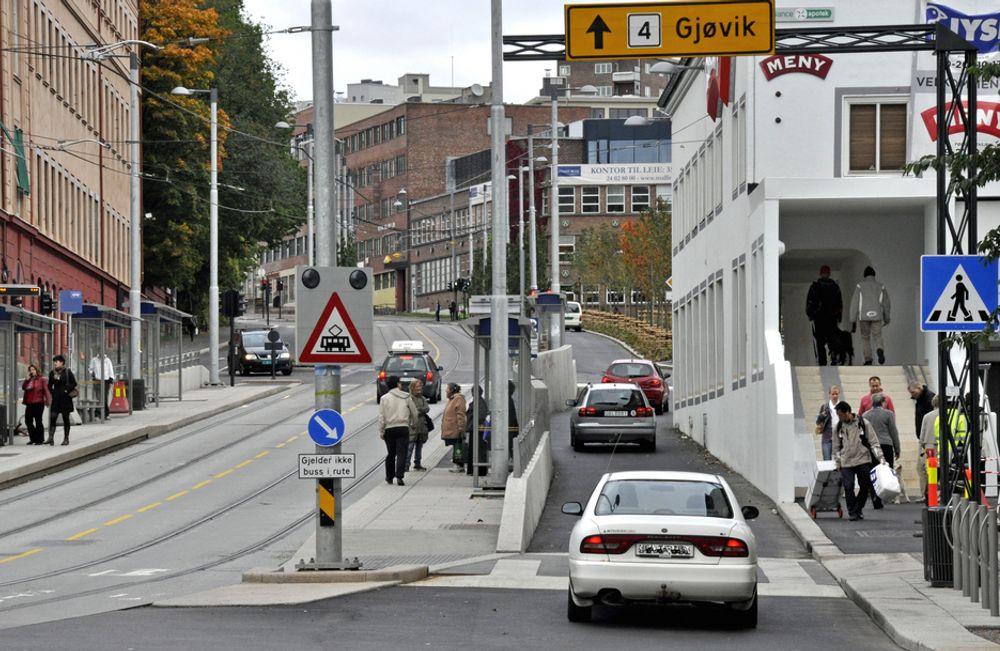 Feltet til høyre ble åpnet 21. september. Det var den siste delen av kjørearealet som ble fullført. Fotgjengere må gå gjennom den hvite bygningen. Men fremdeles er ikke heisen ved siden av trappen ferdig. Inntil videre må de som er avhengige av den, rulle over på den andre siden av gata eller rundt bygningen.
