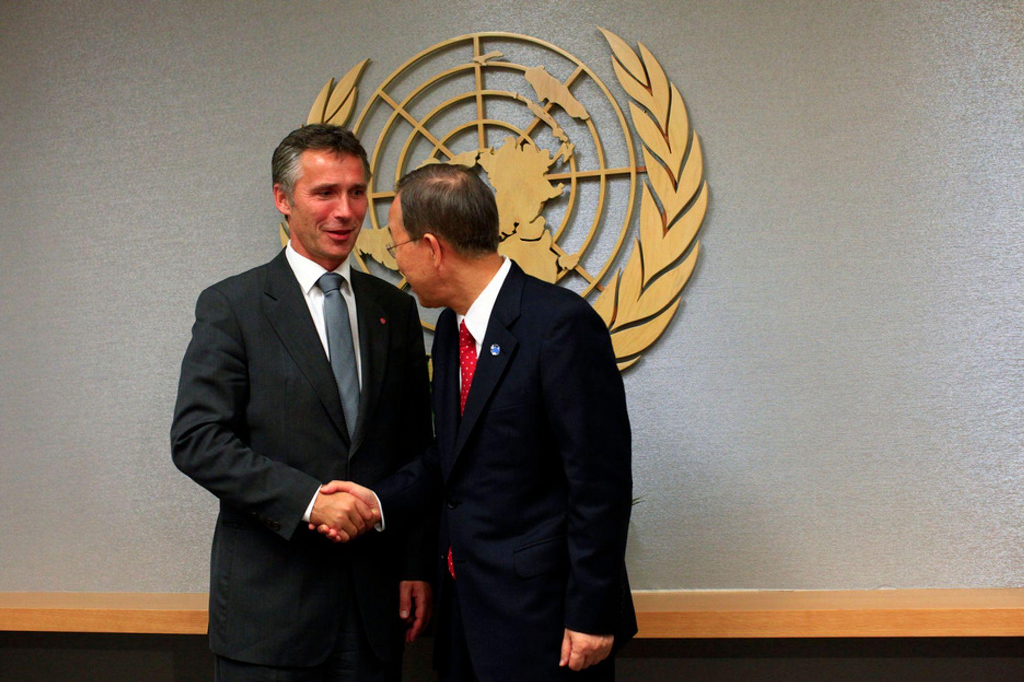 Statsminister Jens Stoltenberg (Ap) tror ikke det blir vedtatt noen internasjonal klimaavtale når FNs rammekonvensjon om klimaendring (UNFCCC) inviterer til konferanse i Mexico i høst. Her hilser statsministeren på FNs generalsekretær Ban Ki-moon i forbindelse med FN-møter i New York denne uka.