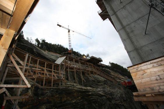 Det er meget bratt der tårnene står på Bu-siden. Vegvesenet forutsatte adgang fra sjøen, men Veidekke har valgt å bygge omlastingsplattformer og trapper med rundt 300 trinn.