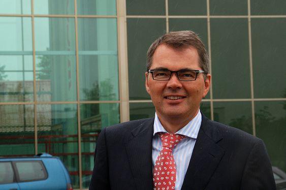 Hydros konsernsjef Svein Richard Brandtzæg foran Wicona Test Center, Bellenberg, Tyskland.