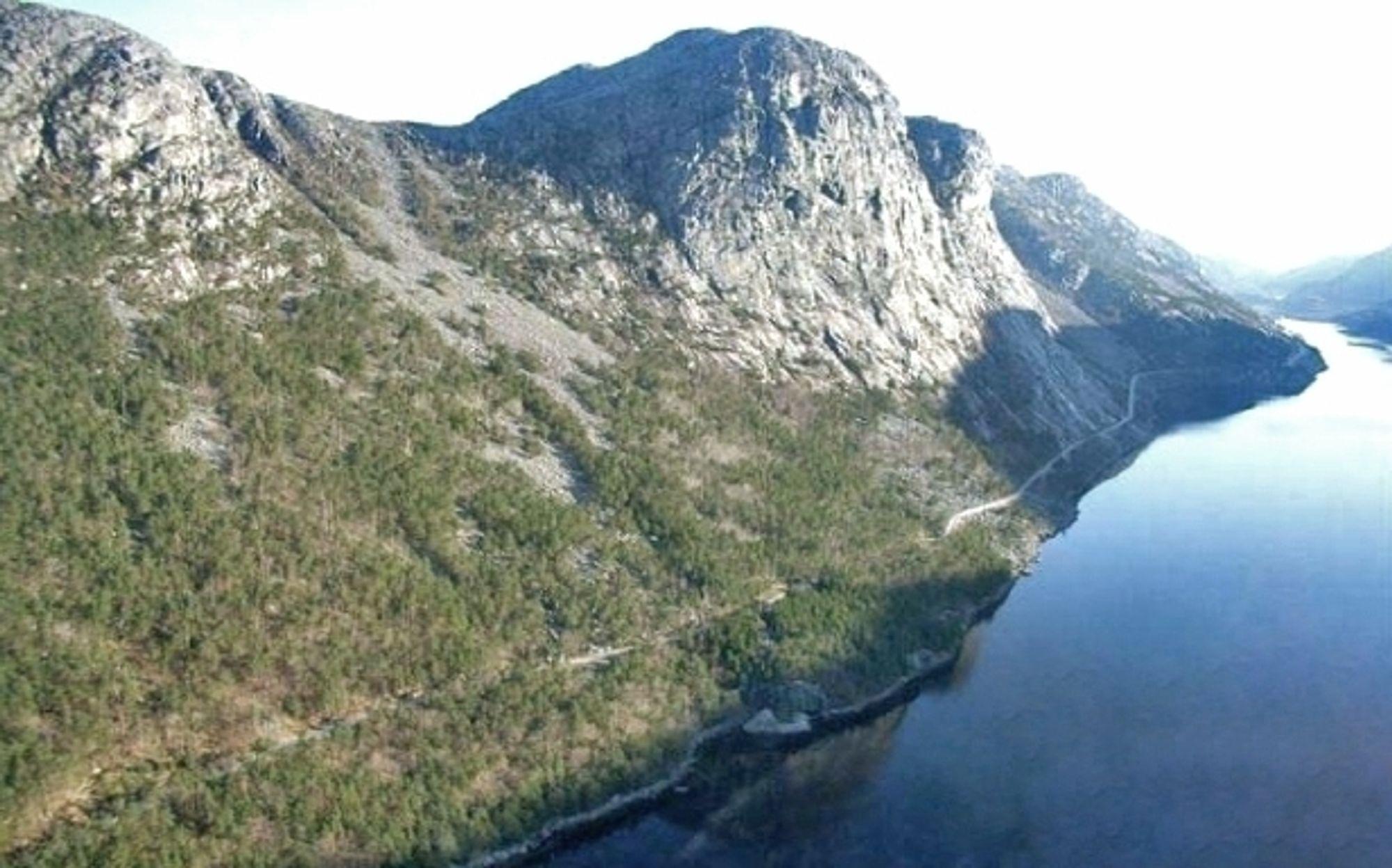 I dag går riksveg 13 langs bratte fjellsider ved Tysdalsvatnet. Hvis det går slik Vegvesenet håper, blir vegen flyttet inn i fjellet om mindre enn tre år.