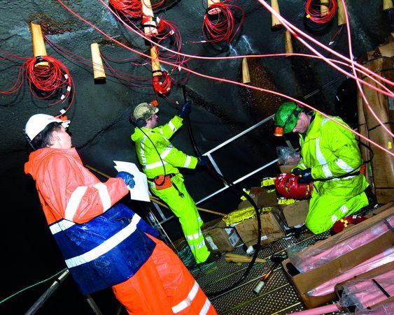 SALVEN LADES: Salven til utslaget i Saudafjorden lades. FOTO: Negative, Kristofer Ryde.