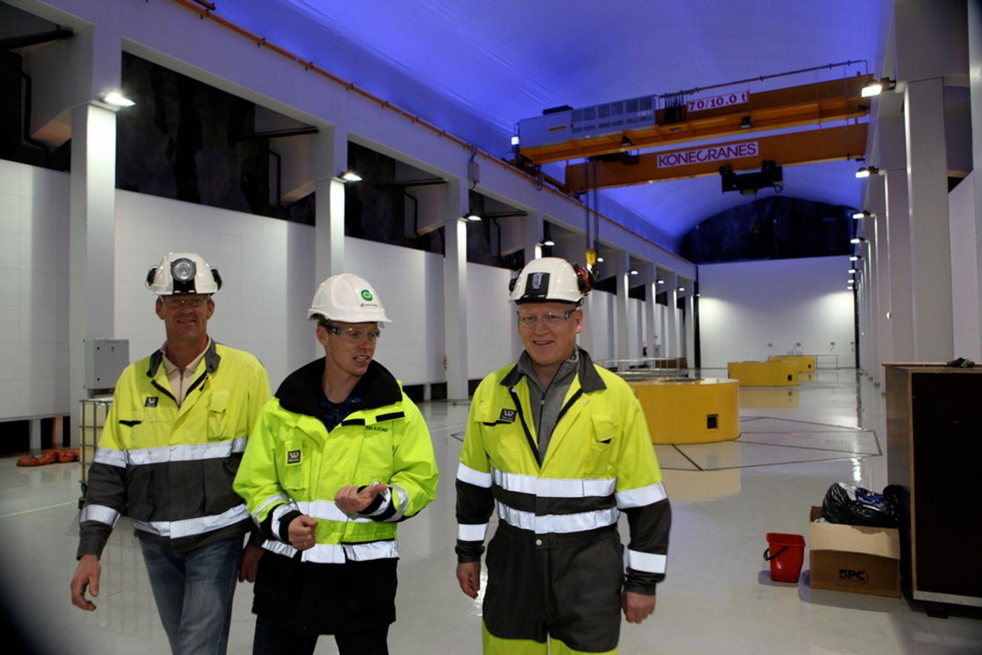 SØNNÅ KRAFTVERK: Prosjektleder Harald Kjetil Glendrange (t.h.), Elkem-direktør Svein Ilstad og byggeleder Helge Nilsen inne i nye Sønnå kraftverk, en kilometer inne i fjellet i Sauda.