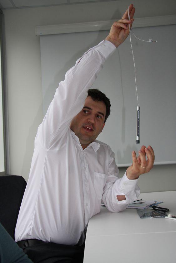 STYRER SELV: Daglig leder Frode Gandrud i Function viser frem brukerpanelet, som kan styre både lys, luft og temperatur.