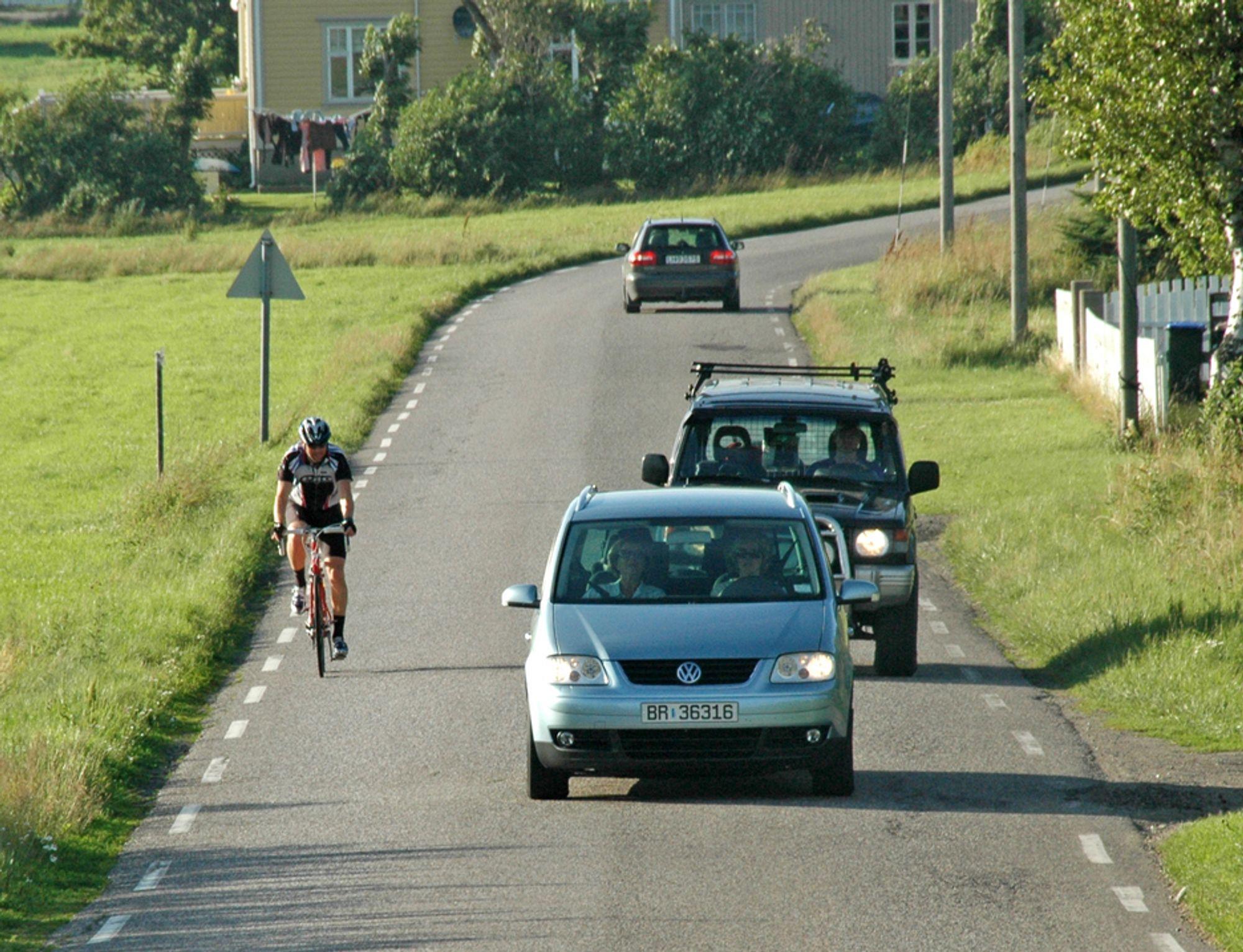 Ikke særlig hyggelig å sykle på denne vegen, som til og med mangler midtlinje. Men bil nr. BR 36316 gir iallfall syklisten god plass. Det er ingen selvfølge. I juni 2012 blir situasjonen mye bedre for alle slags trafikanter.