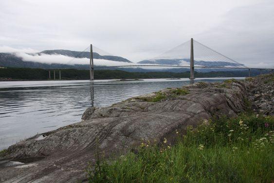 NATUR: Helgelandsbrua er utformet for å gli inn i de mektige omgivelsene.