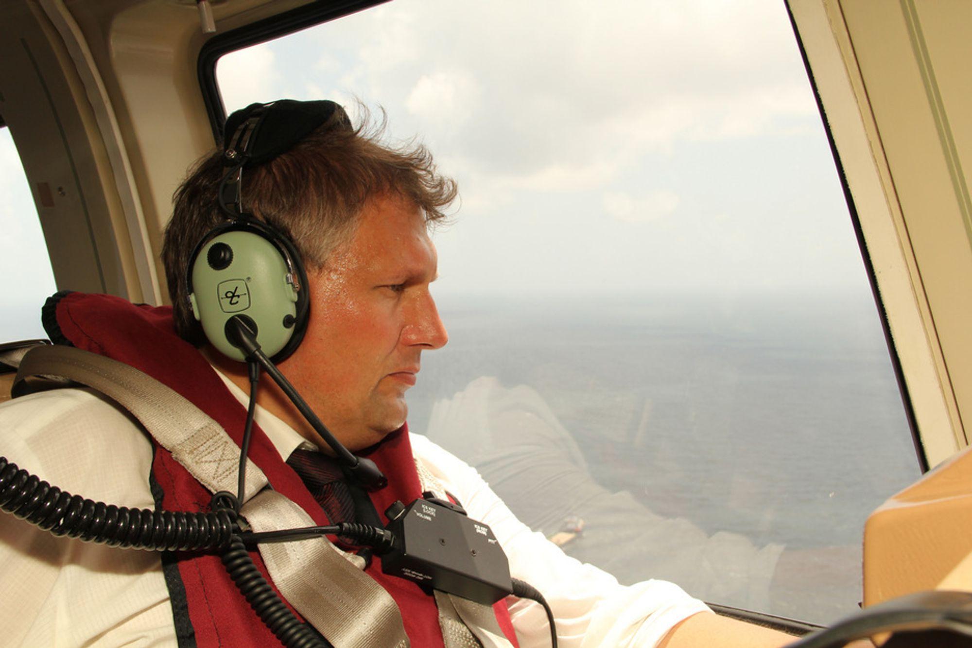 Olje- og energiminister Terje Riis-Johansen ombord i helikopter på vei ut til Macondo-feltet i Mexicogolfen onsdag.