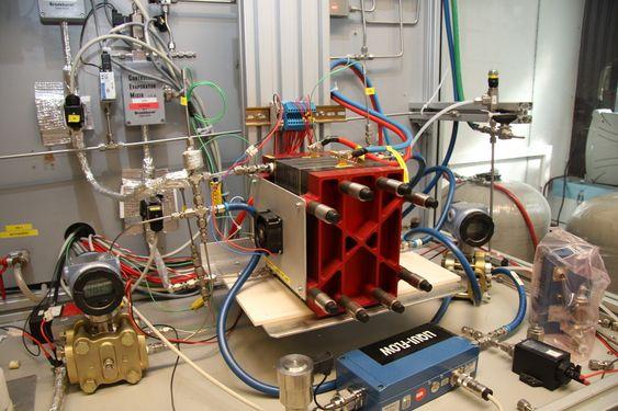 BEGGE VEIER: Dette er en reversibel brenselcelle som er under testing i laboratoriet.