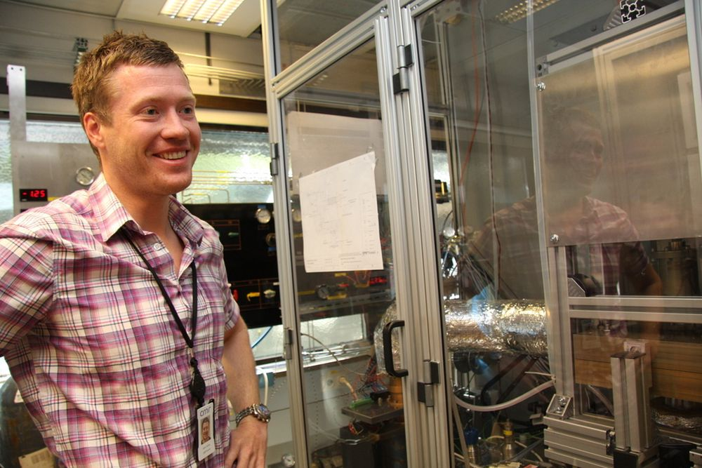 ROMFART: Jarle Farnes viser frem et brensepcelleprosjekt som Prototech har sammen med European Space Assosiation. - Vi ser på teknologi som er tilgjengelig i dag og tester om det er potensial for å utvikle videre til bruk i romfart, sier han.