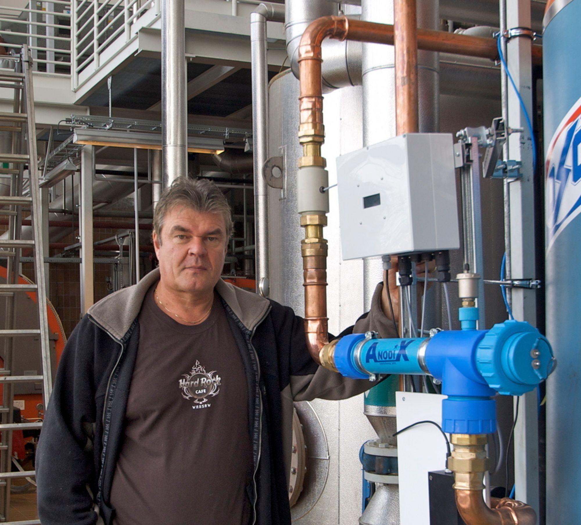 FJERNER LEGIONELLA: Selskapet Termorens bruker en tysk metode til å fjerne legionellabakterier. Daglig leder Thore Andreassen viser et Anodix-anlegg, som består av et oksidasjonskammer og en elektronisk styreenhet.