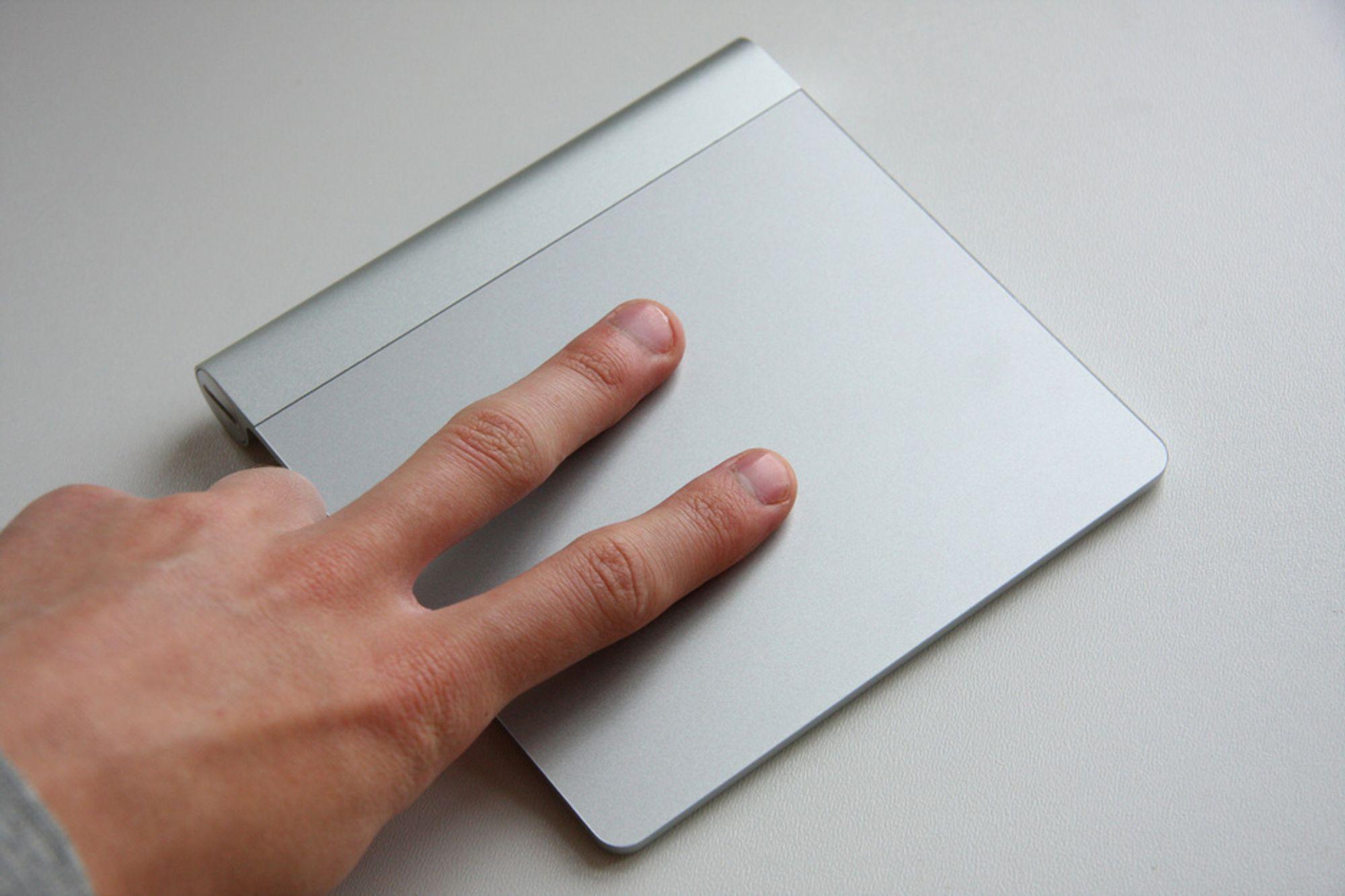Magic Trackpad er en pekeflate for stasjonære maskiner. Den er stor, ergonomisk og funksjonsrik.