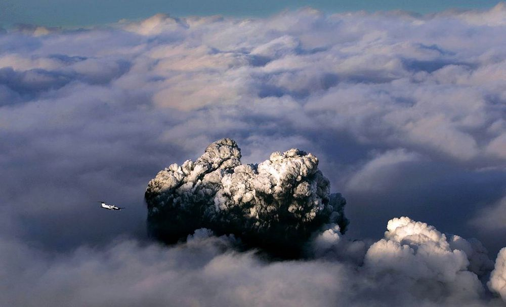 Vulkanutbruddet ble kraftigere igjen mandag kveld. Derfor rammes flytrafikken nok en gang.