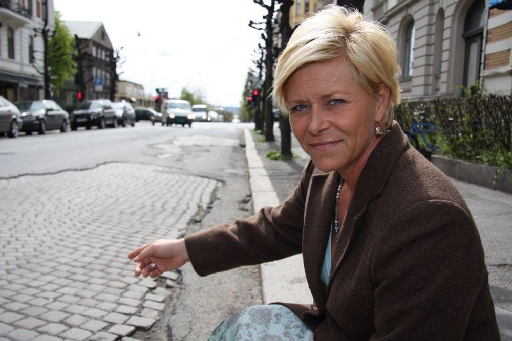 OPPGITT: - Veiforfallet er enormt og helt uakseptabelt, sier Frp-leder Siv Jensen til Teknisk Ukeblad under en veiforfallsbefaring i Oslo.