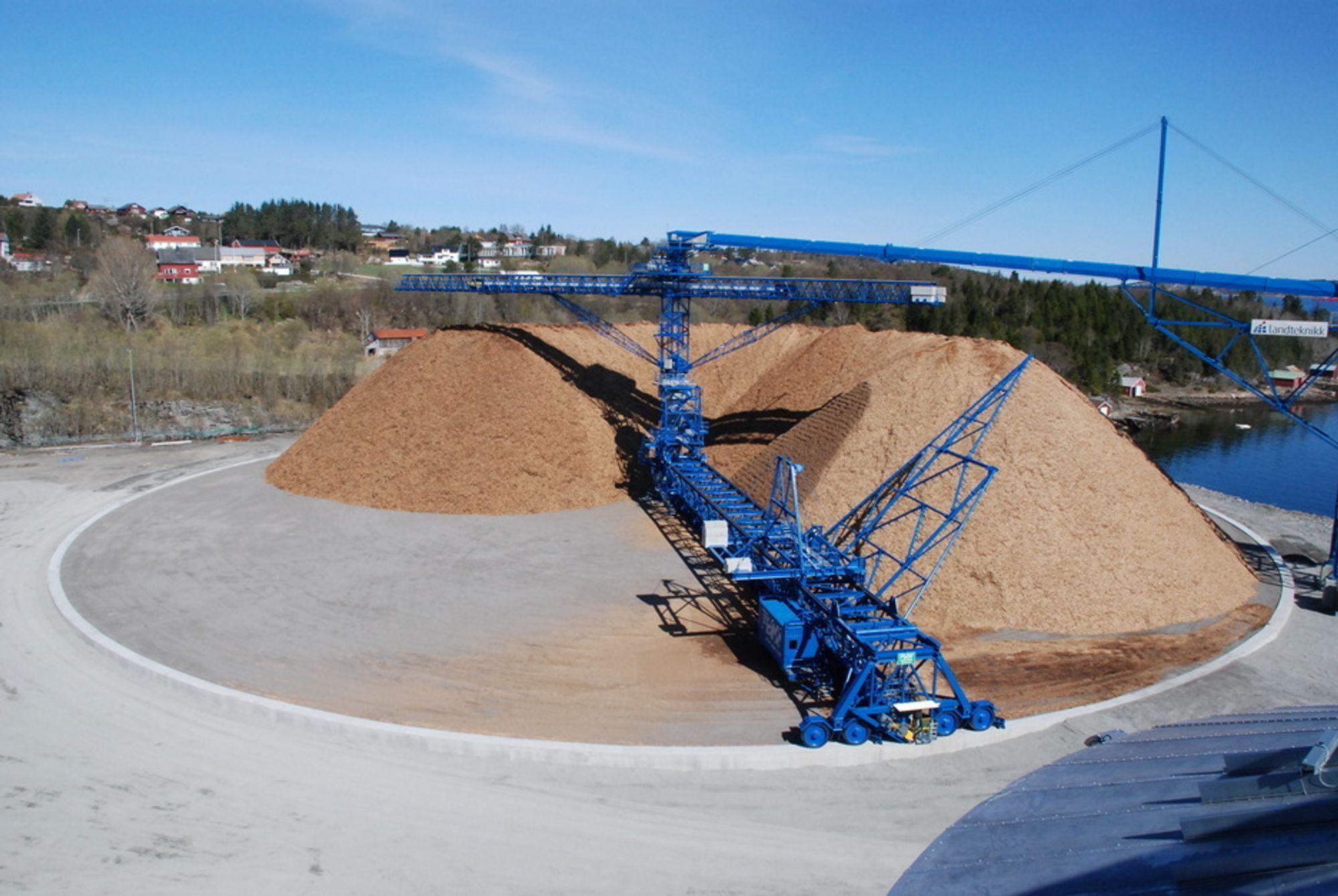 PÅLEGG: Biowood Norway må raskest mulig kvitte seg med den 56 000 tonn store flishaugen. Problemet er at maskinene står.