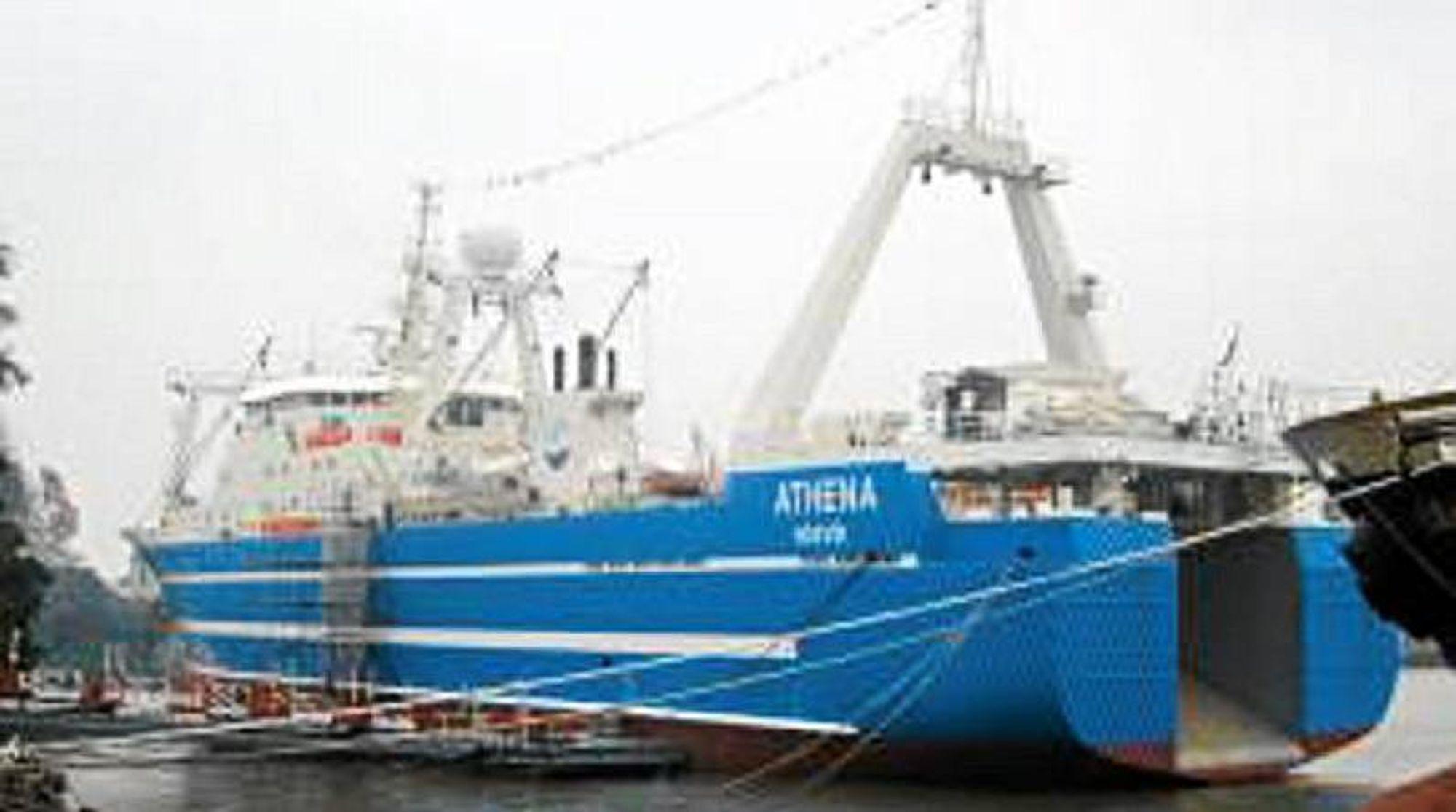 Fabrikktråleren Athena med et mannskap på 111 kom i brann ca. 230 miles sørvest for øya Scilly, sørvest for England.