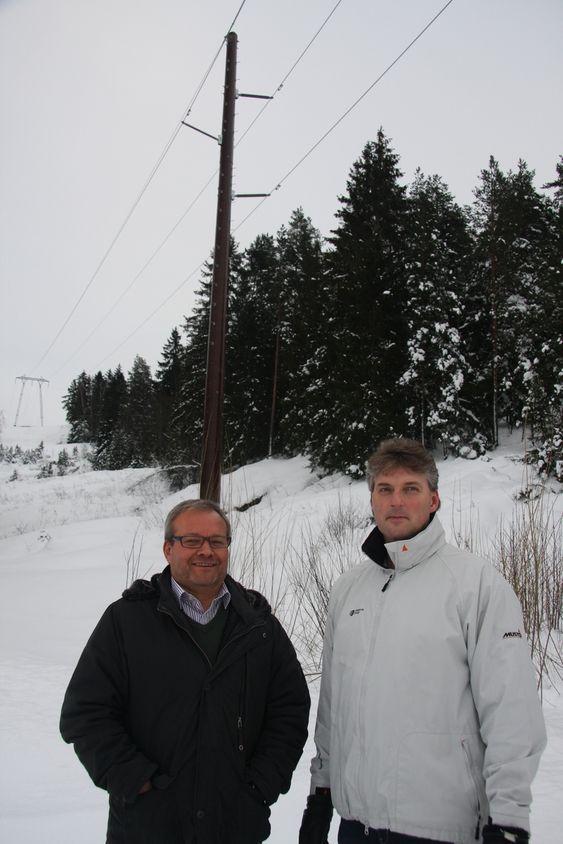 PILOTPROSJEKT: Flemming Petersen, teknisk sjef i Melbye Skandinavia og Geir Otto Pettersen, avdelingsleder  i Skagerak Energi viser Teknisk Ukeblad komposittmastene som er satt opp utenfor Tønsberg.