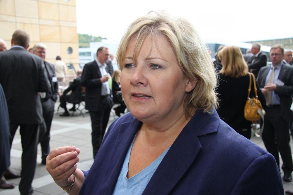 Høyre-leder Erna Solberg venter på svar fra statsministeren om datalagringsdirektivet.