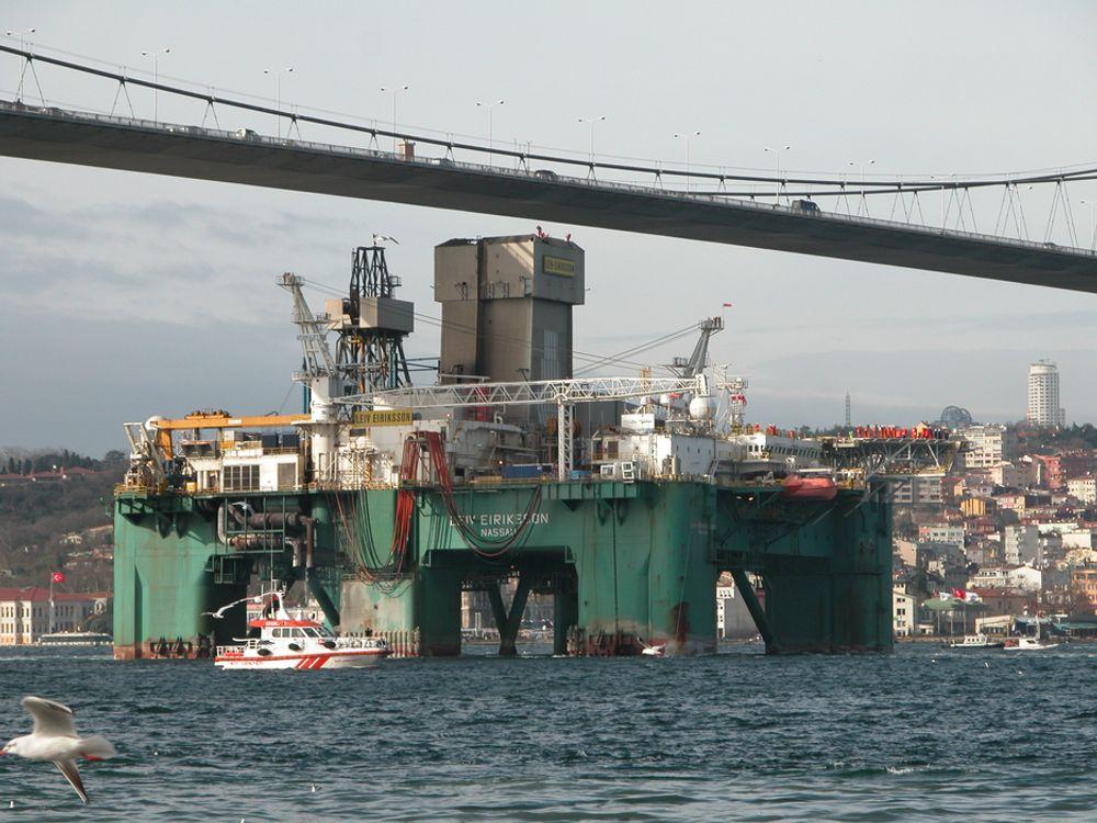 Ocean Rigs borerigg Leiv Eriksson har boret i Svartehavet. Her passerer den Bosporus-stredet og seiler under brua med liten klaring.