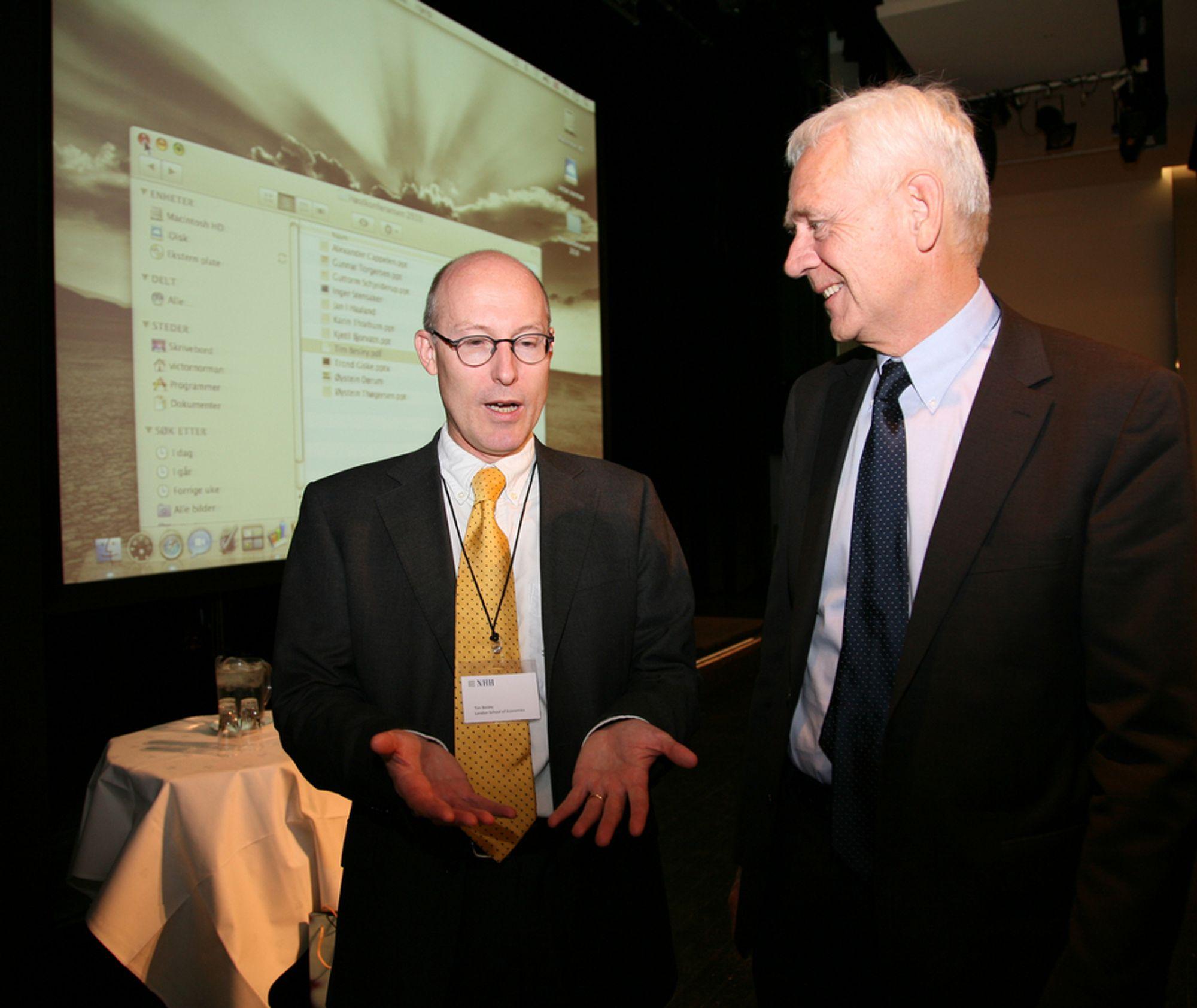 KONFERANSE: Etterpåklokskap er vidunderlig, mener LSE-professor Tim Besley (til venstre). NHH-professor Victor Normann nikker samtykkende.