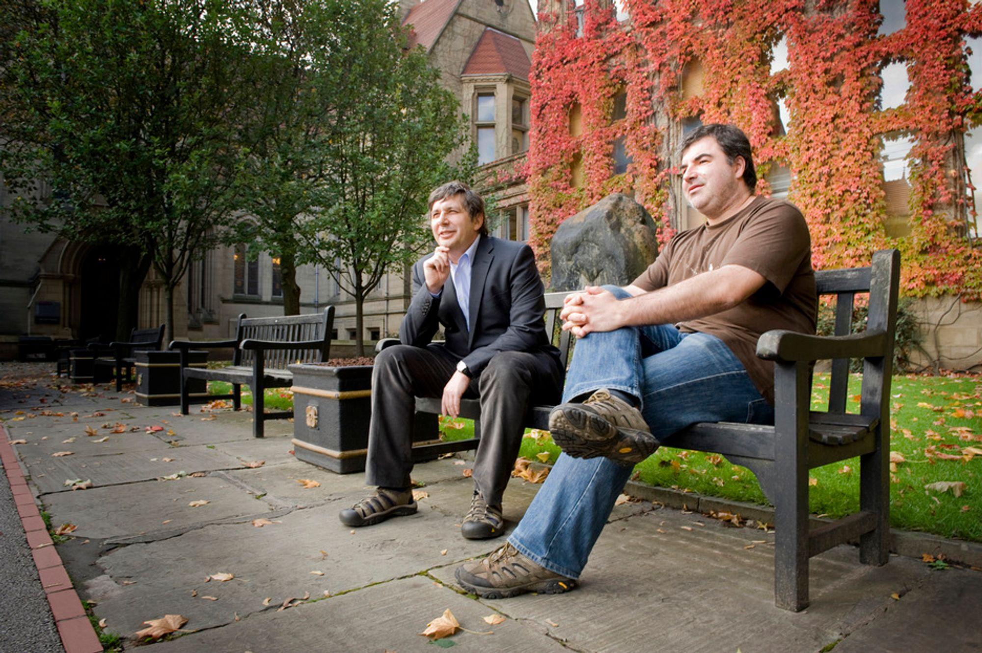 PRISVINNERE: Professor Konstantin Novoselov (t.h.) og professor Andre Geim avbildet utenfor den daglige arbeidsplassen ved universitetet i Manchester.