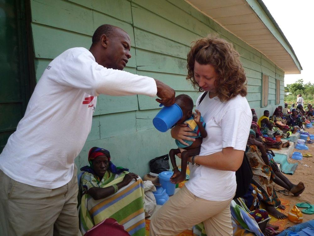 NIGERIA:  - Det er mye opplæring, sier Susanne Hyllestad som her skaffer rent vann til et spebarn i Nirgeria.