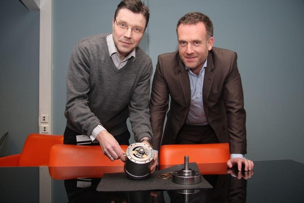 KLOKKETRO: Teknisk direktør, Bjørn Hånde og daglig leder,Ellef Kure viser fram en eldre prototype av strømningsmaskinen. Begge er overbevist om at oppfinnelsen kan være starten på noe skikkelig stort.