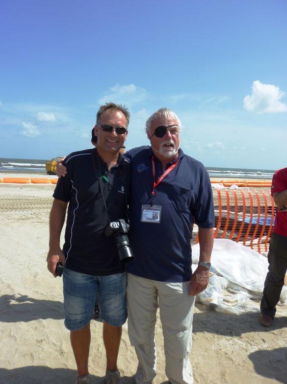 Ole Kristian Bjerkemo (t.v) på Stranden på Grand Isle sammen med Ed Owens fra Polaris. Han har lang erfaring fra oljevernaksjoner og deltok også under Exxon Valdez i 1989.