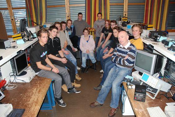 KRITISK: Ole Føli (til høyre) sammen med elever som i dag nyter godt av tilbudet.