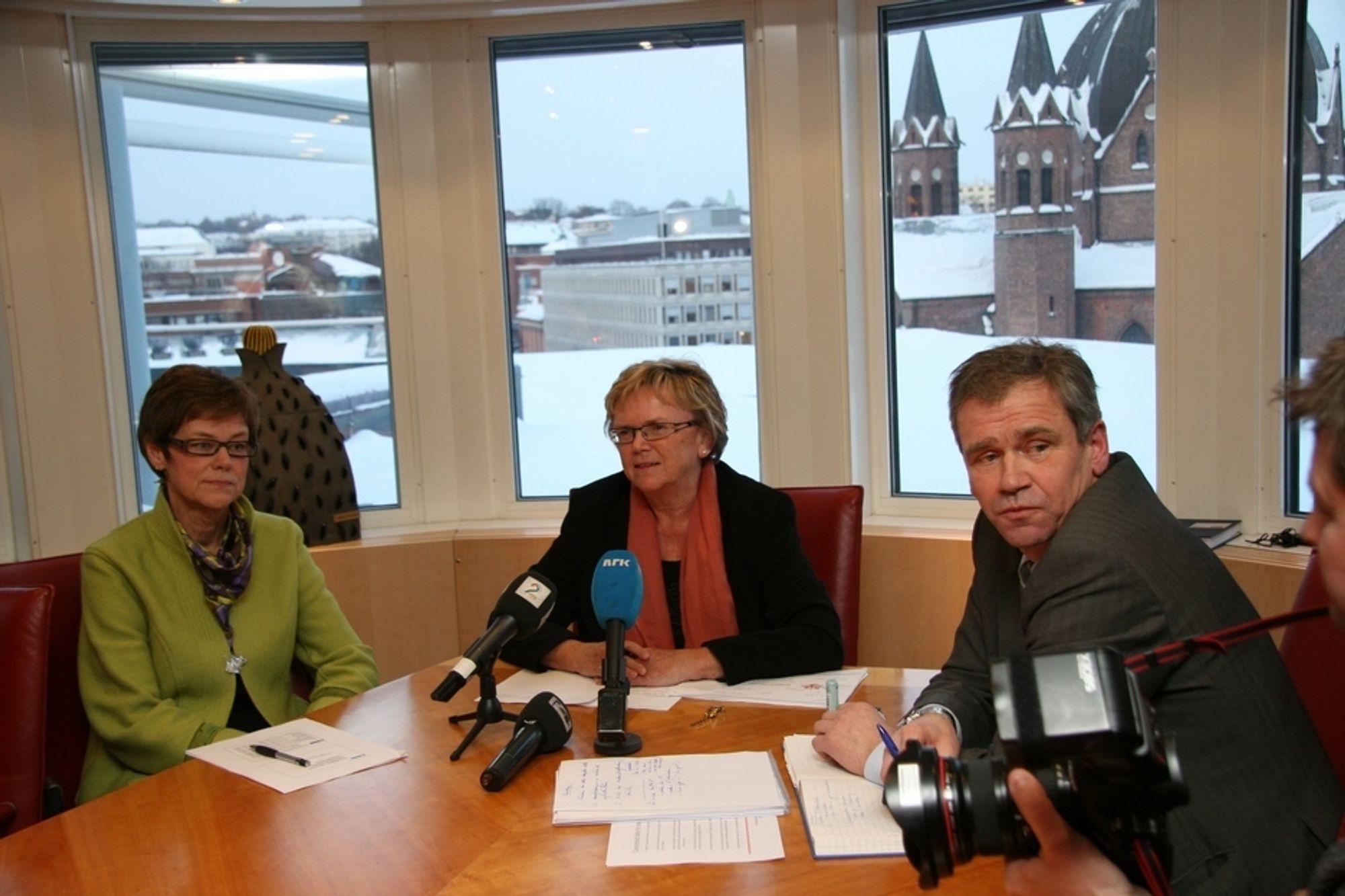 KRISEMØTE: Jernbanedirektør Elisabeth Enger, samferdselsminister Magnhild Meltveit Kleppa og NSB-sjef Einar Enger var i dag samlet for å diskutere det Kleppa omtaler som en togkrise.