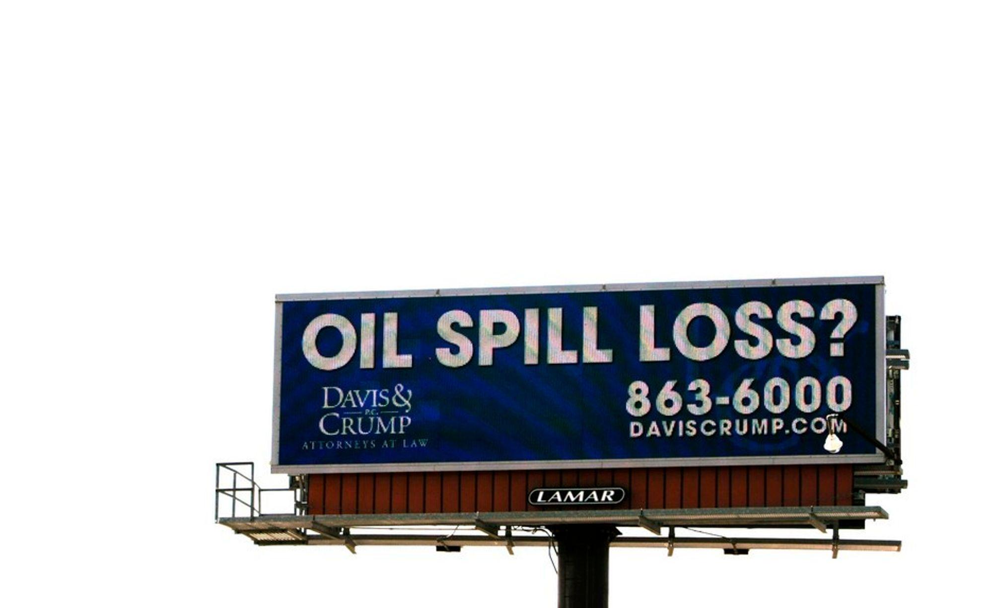 Et advokatfirma i delstaten Mississippi har utplassert et gigantisk reklameskilt der det oppfordres til å ta kontakt om man har lidd tap som følge av oljekatastrofen i Mexicogolfen. Selskapene som er involvert i oljelekkasjen, peker på hverandre når skylden skal fordeles.