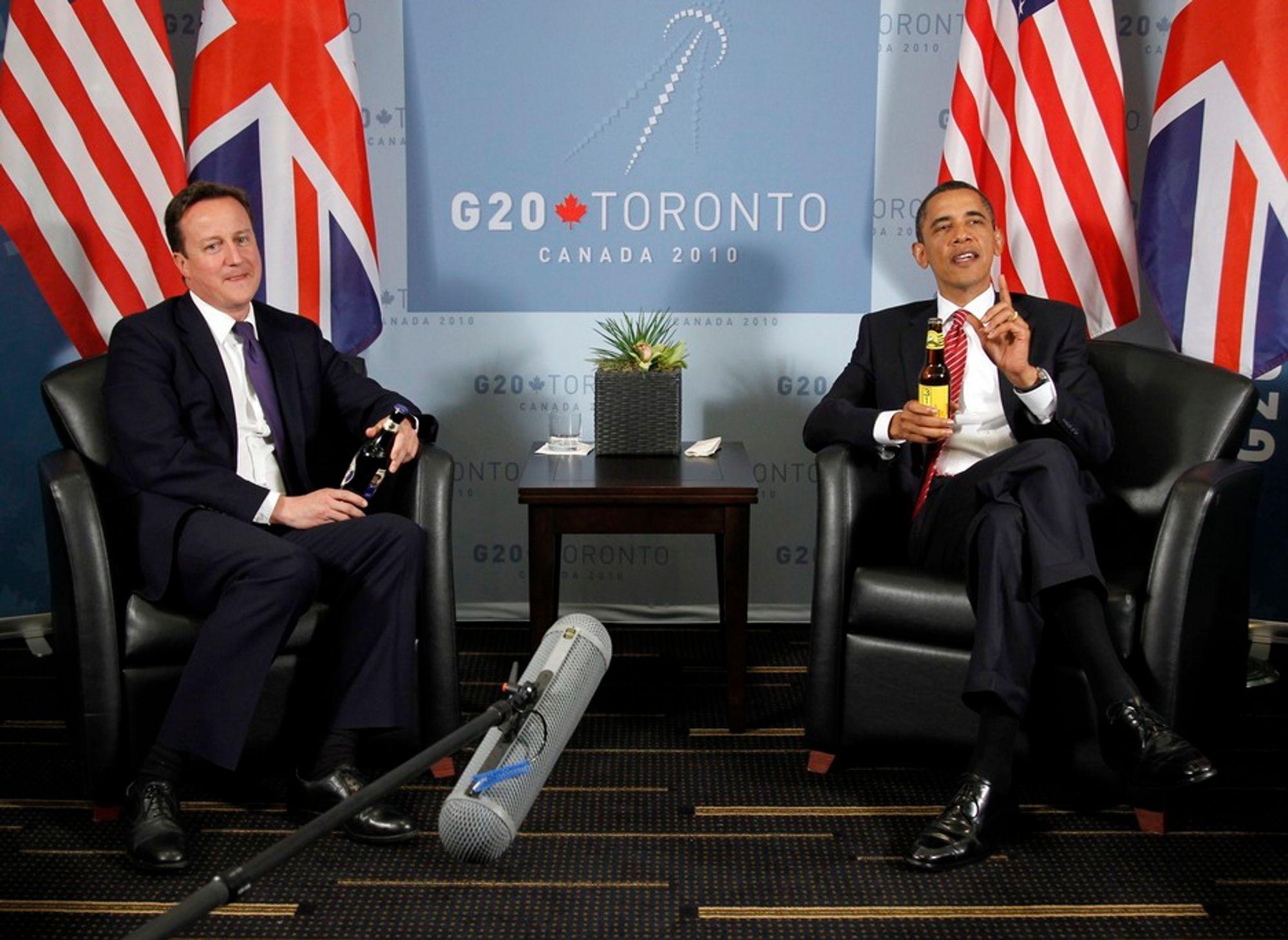 Verken statsminister David Cameron eller president Barack Obama vant veddemålet om hvem som ville vinne fotballkampen mellom Storbritannia og USA, og de ga derfor hverandre premien, en flaske øl, da de i Canada møttes til sitt første møte etter at Cameron ble valgt til statsminister.