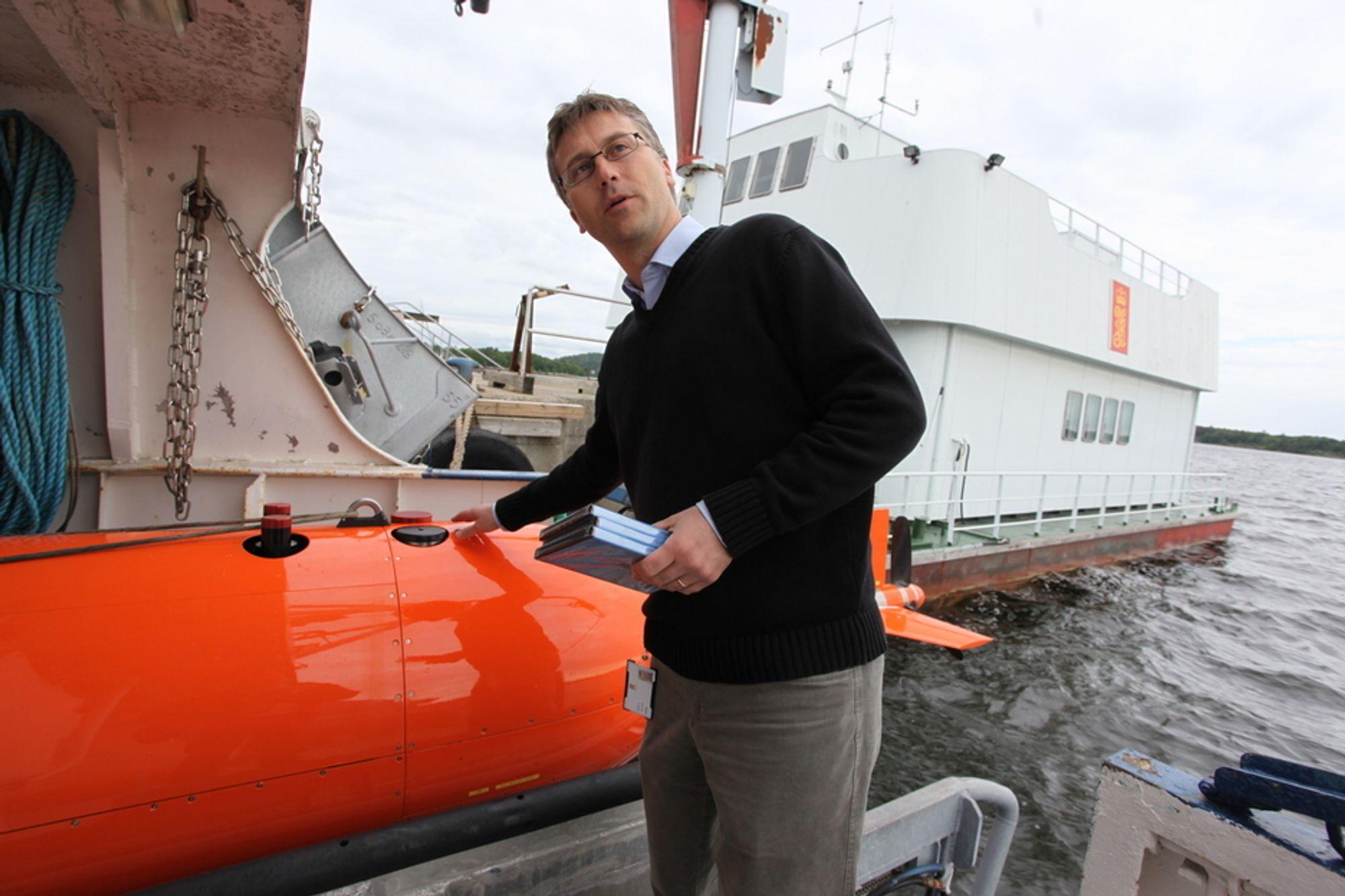 AUTONOM: Bjørn Jalving har vært med på utviklingen av Hugin siden starten av 1990-tallet. Nå håper han farkosten er autonom nok til å dykke under pol-isen.