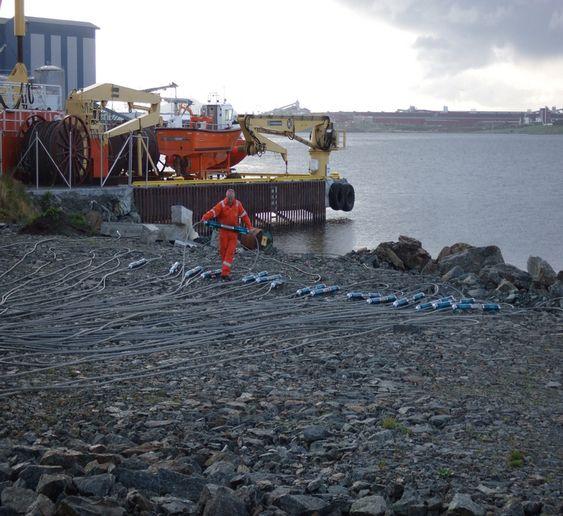 LYTTEPOST: Flere hundre meter med sensorer blir plassert permanent på havbunnen. Disse skal lytte etter irregulariteter i oljereservoarene.