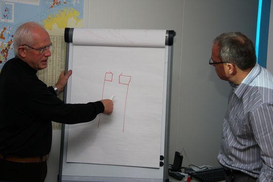 Harald Strand med selskapet NeoDrill, har utviklet brønnhodefundamentet CAN - Conductor Anchor Node - et sugeankerlignende fundamentelement, som designes og konstrueres ut fra sjøbunnssedimentene på feltet. Boresjef Helge Myrvoll (t.h)  fra candiske Nexen er imponert over CAN-teknologien.