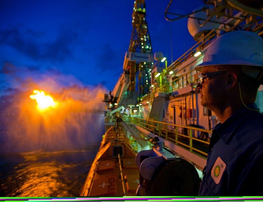 HETT: Tirsdag 14. juni ble Discoverer Enterprise truffet av lynet slik at det opppsto en brann i boretårnet.  Dermed ble oppsamlingen av olje fra problembrønnen på MC 252 staset i nesten fem timer.  Bildet viser normal fakling av gassen som tas opp sammen med oljen.