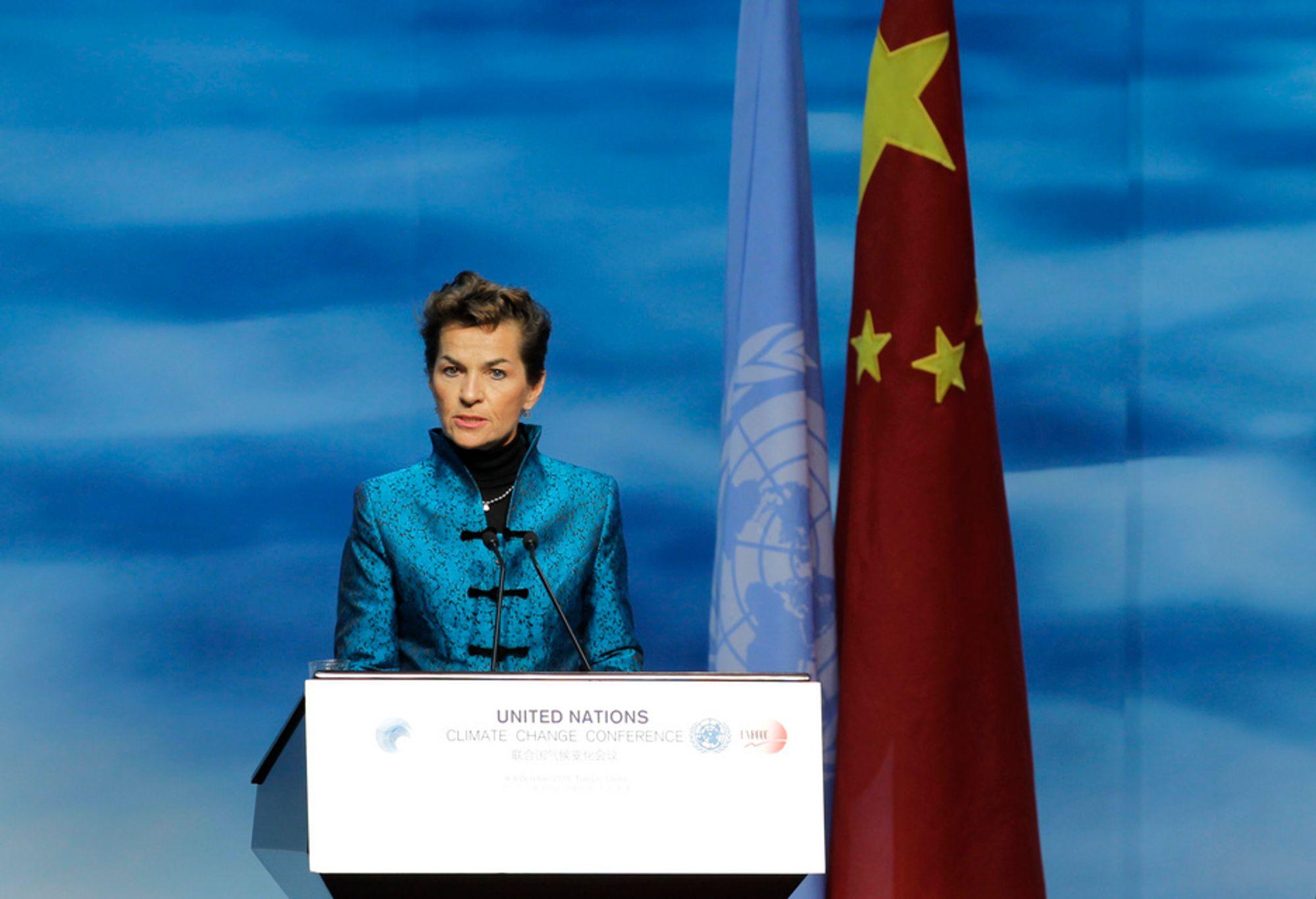 FNs klimasjef Christiana Figueres på talerstolen under møtet i Tianjin mandag mandag.