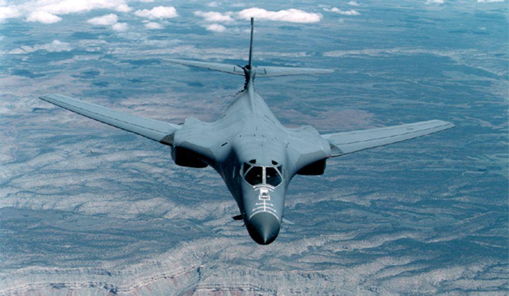 Dongfan Chung flyttet til USA i 1962, og jobbet blant annet med Rockwells B1-program. Det strategiske bombeflyet ble satt i tjeneste i 1986 og brukes fortsatt av USAF.