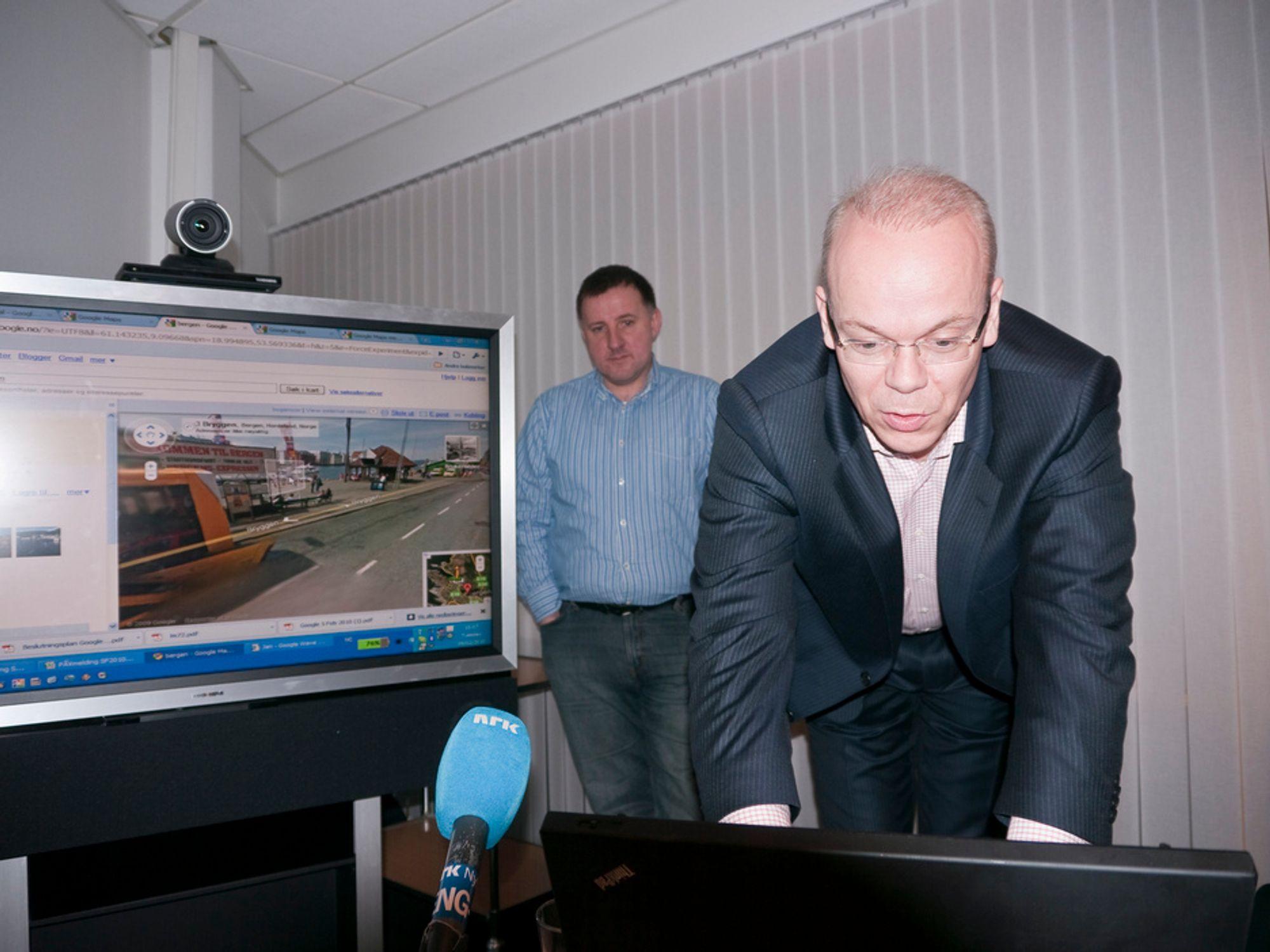 SÅ ENKELT: Googlesjef Jan Grønbeck viser hvor lett det er å bevege seg rundt i gatene eller titte rett inn på bygningene.