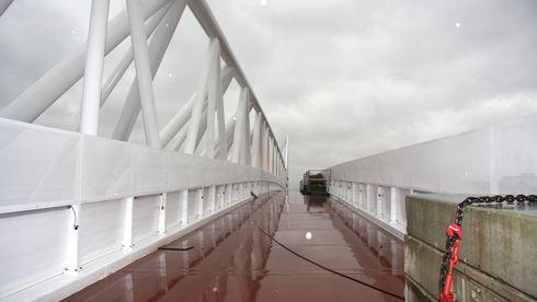 2100 tonn bro er jekket på plass