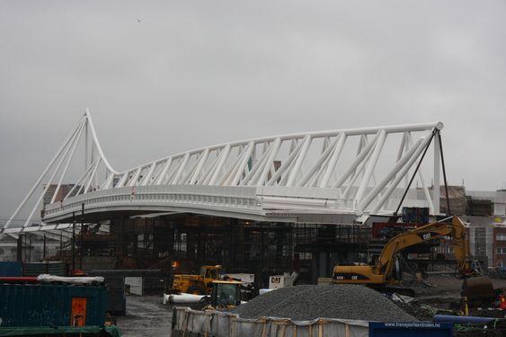 TUNGVEKTER: Broen som nå krysser alle sporene på Oslo S er 164,5 meter lang, 20 meter bred og veier 2100 tonn.