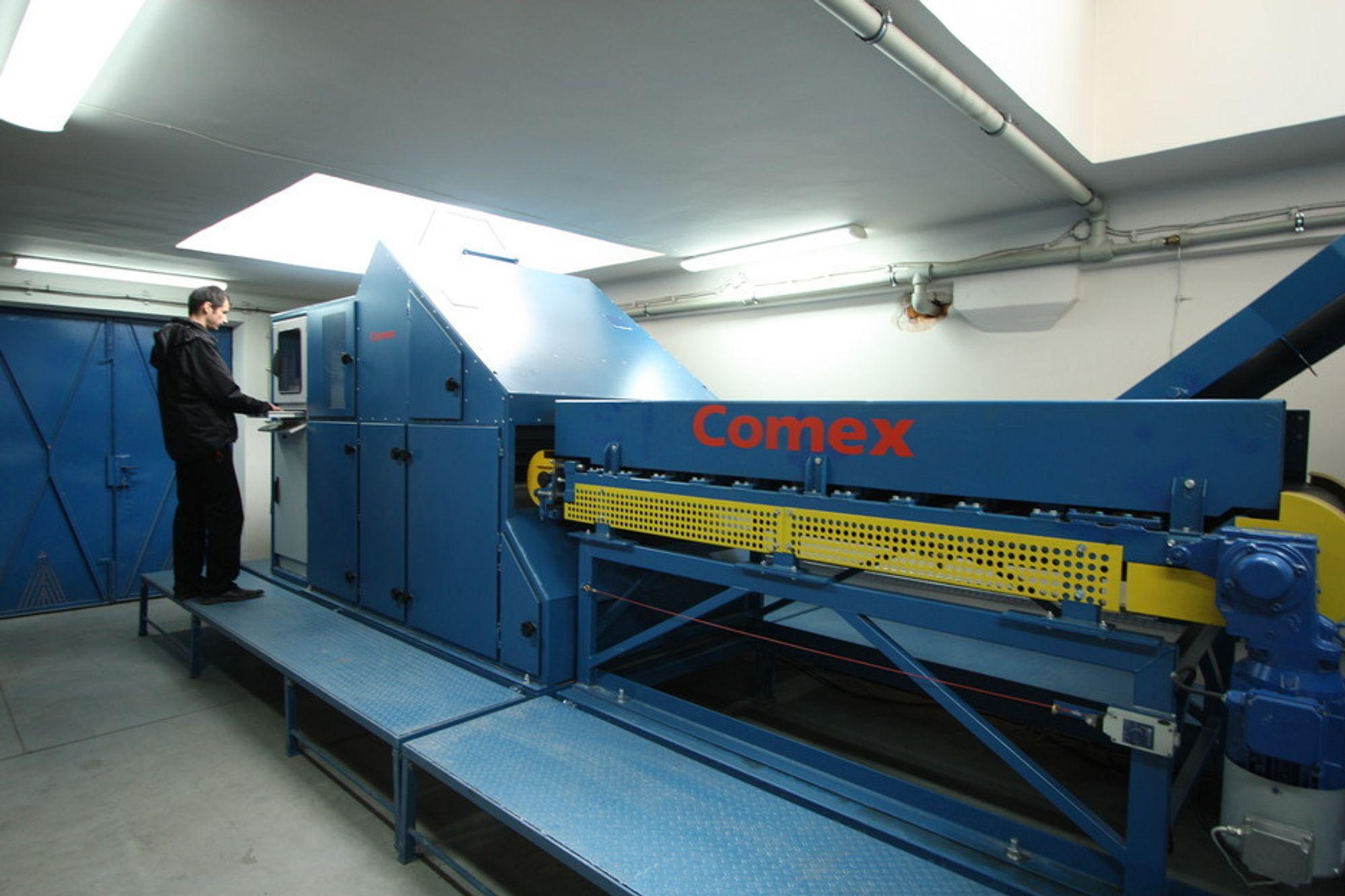 LITEN: OSX-maskinen produseres i Polen og fraktes i container. Ingeniører fra Comex reiser ut og kjører i gang anlegget når det er montert av underleverandører.