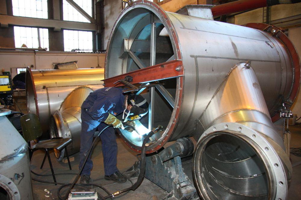 SJØVANN: Produksjon av sjøvansscrubber ved Hamworthy Krystallon i Moss. Scrubberen skal stå mot sjøvann, svovel og andre korrosive stoffer og er derfor laget i duplex stål.