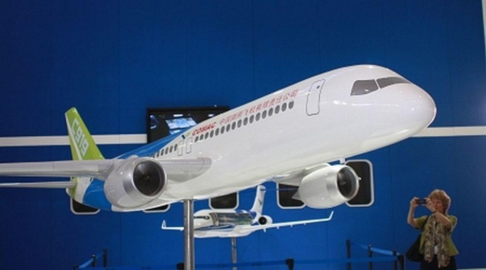 Her er en småskalamodell av et C919 passasjerfly som kinesiske Comac sier skal leveres allerede i 2016.